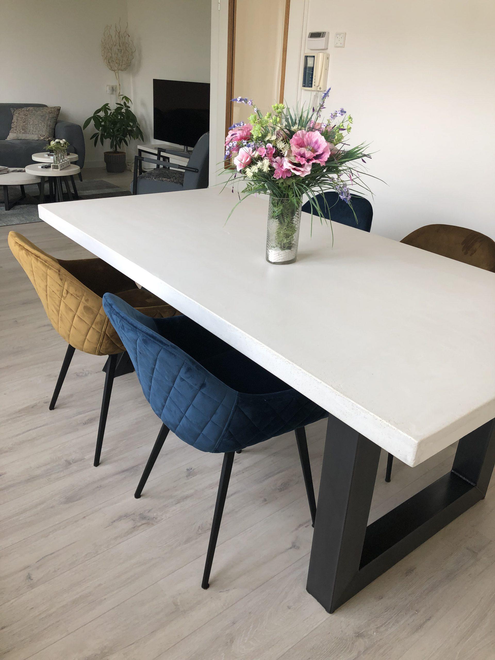 betonlook tafel met U poot