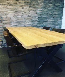 Eiken tafel met stalen X poot