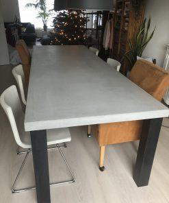 betonlook tafel met vier stalen poten