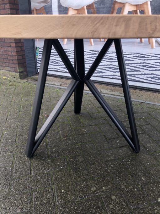 ronde eiken tafel met driepoot