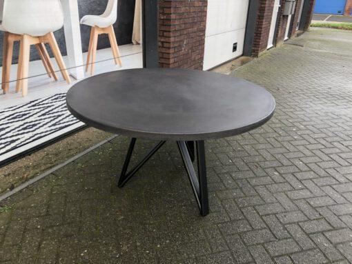 betonlook tafel rond met driepoot